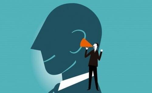Hardop denken verbetert je mentale vaardigheden