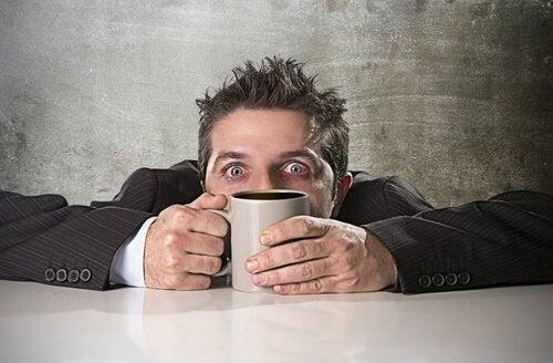 Hoe treedt een vergiftiging door cafeïne precies op?