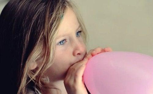Help om je kind te kalmeren door ballonademen