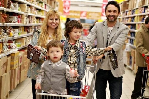 Gezin samen in de supermarkt