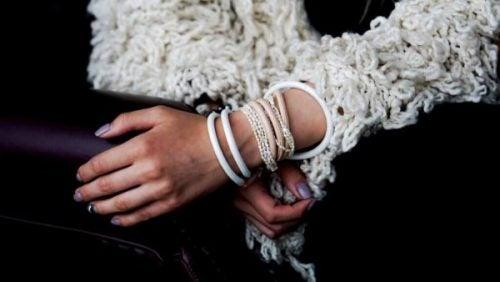 verhaal van meisje met armbanden om haar polsen