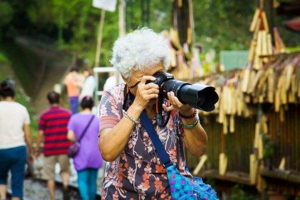 Grootmoeder neemt foto's