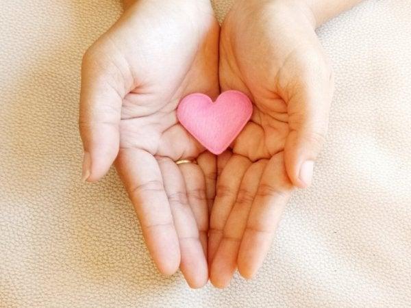 Handen houden een hartje vast