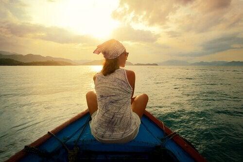 Vrouw vaart op een bootje