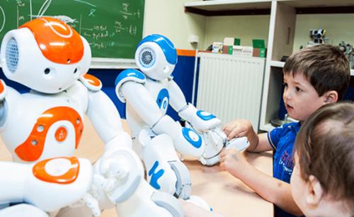 Kindjes met autisme werken met robots