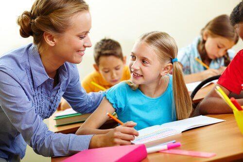 Leraar helpt leerling