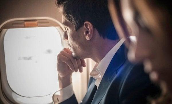 Man kijkt uit het raam van een vliegtuig
