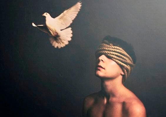 Man met blinddoek van touw