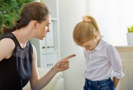 Narcistische moeder wijst dochter terecht