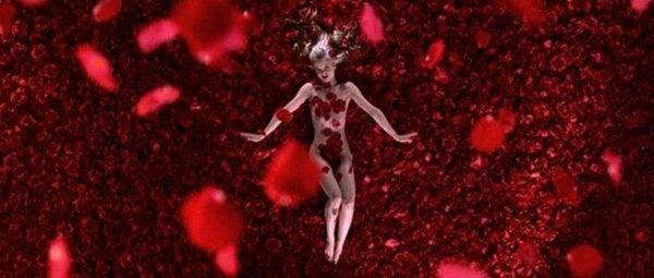 Angela omringd door rozenblaadjes