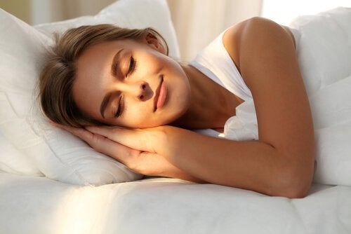 Vrouw ligt lekker te slapen