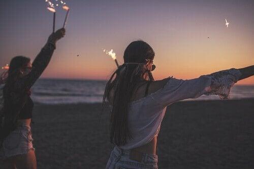 Tieners feesten op strand