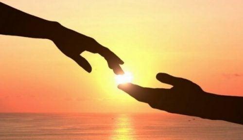 Twee handen raken elkaar aan
