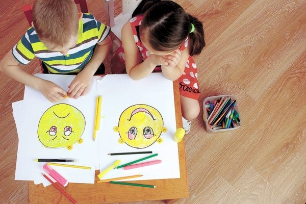 Twee kinderen leren over emoties