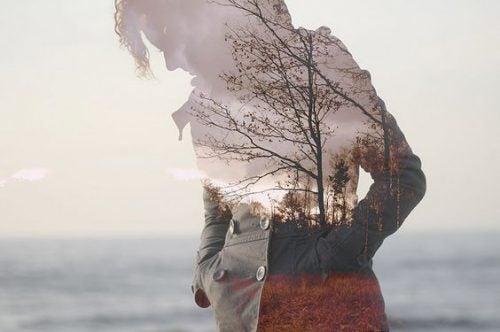 Droevige vrouw met kaal landschap achter zich