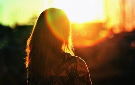 Vrouw kijkt naar de zonsondergang