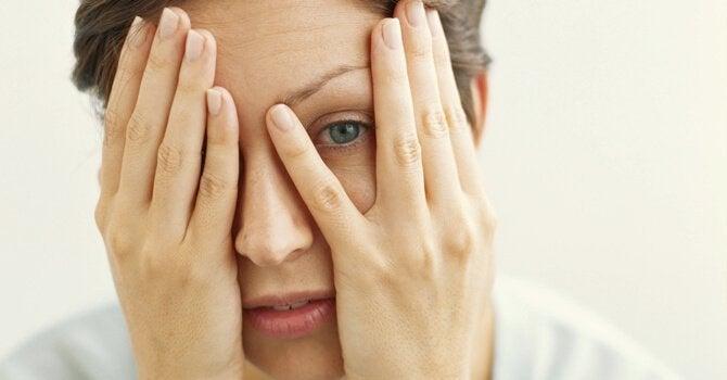 Vrouw met handen voor het gezicht