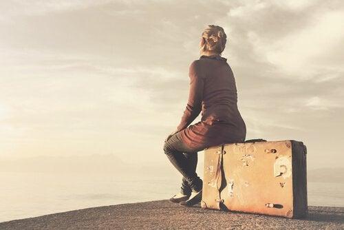 Vrouw zit op koffer