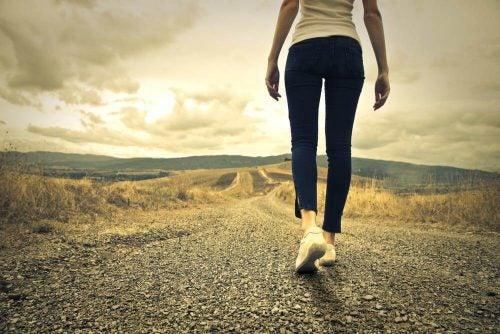Vrouw die alleen een weg bewandelt
