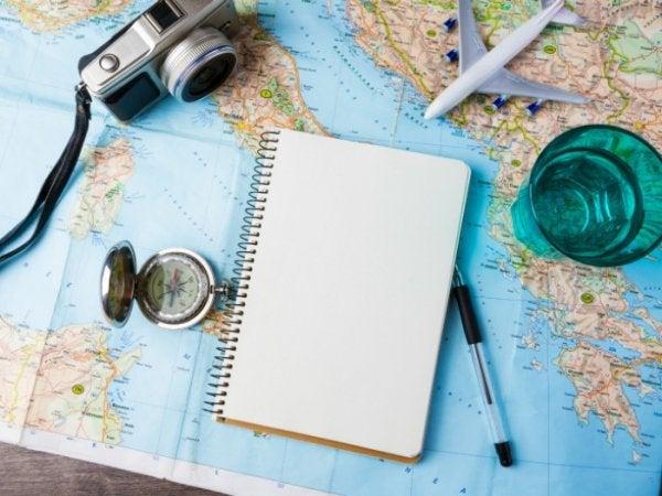 Wereldkaart, camera, kompas