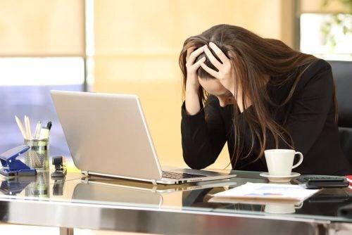 Vrouw heeft last van werkgerelateerde stress