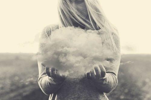 Meisje dat een wolk probeert vast te pakken