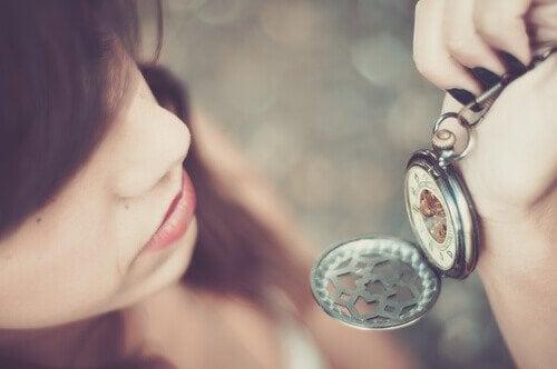vrouw kijkt op horloge