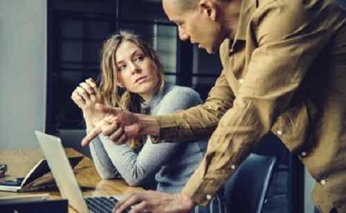 Narcisten op het werk creëren een giftige en onproductieve werkomgeving