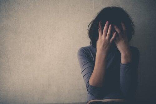 Hoe zijn emotioneel misbruik en angstgevoelens met elkaar verbonden?