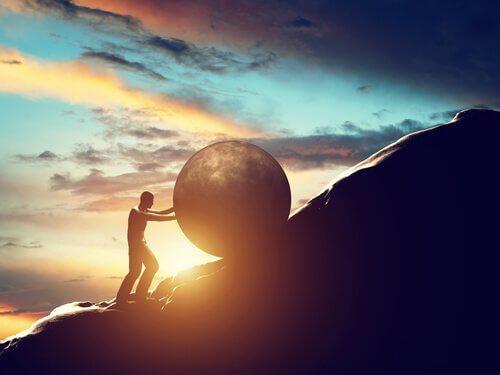 Man duwt bal de berg op