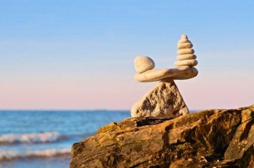 Stenen die balanceren op een rots