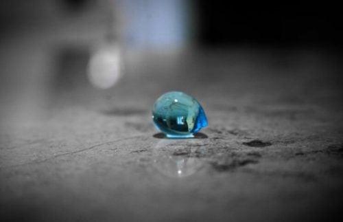 Blauwe druppel op de vloer