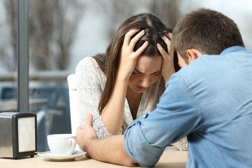 Depressieve vrouw huilt uit bij vriend