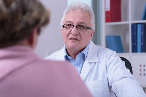 Man praat met dokter