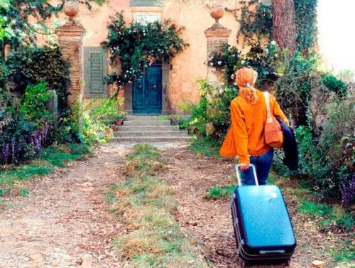 Frances met een koffer
