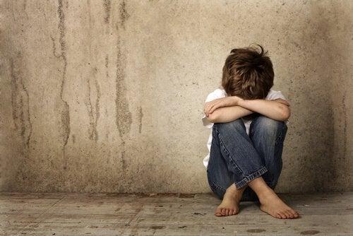 Jongetje dat het slachtoffer is van minachting