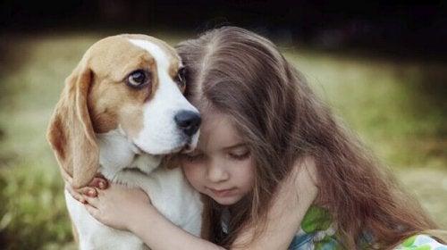 Meisje dat haar hond knuffelt