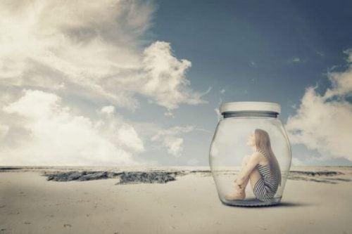 Meisje in een glazen potje