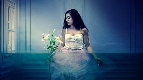 Meisje dat half onder water staat