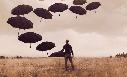 Man die allemaal paraplu's in de lucht laat