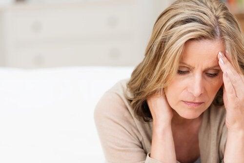 Droevige vrouw met veel zorgen