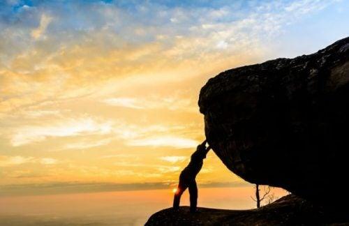 Man die tegen een rots aan staat