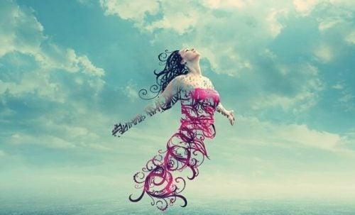 Vrouw die met open armen in de lucht zweeft