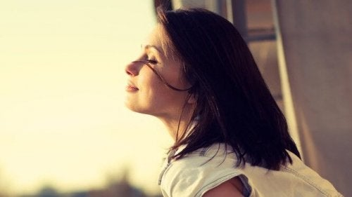 Vrouw die van de zon geniet