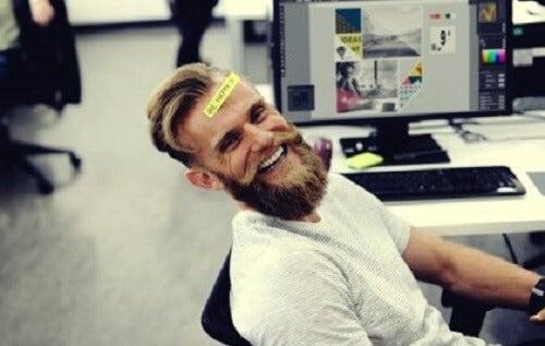 Gevoel voor humor en het verband met intelligentie