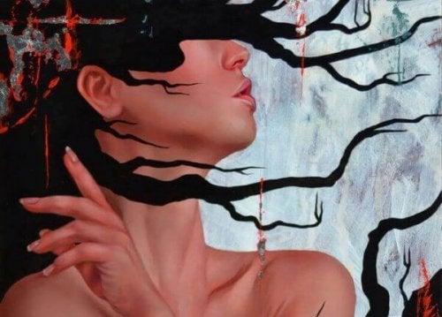 Het met boomtakken bedekte gezicht van een vrouw