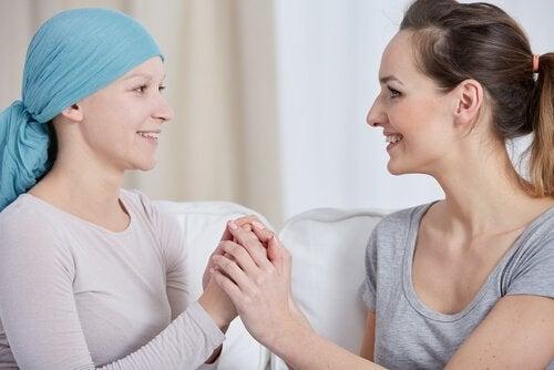 Vrouw steunt vrouw met borstkanker