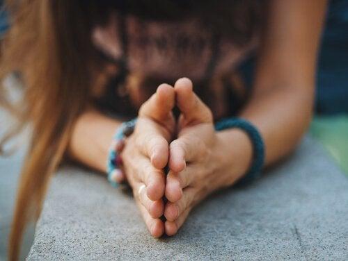 Meisje houdt handen tegen elkaar