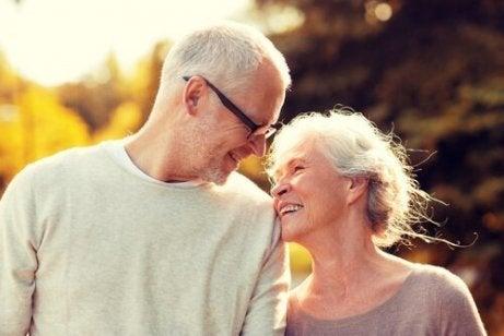 Twee gelukkige oudere mensen