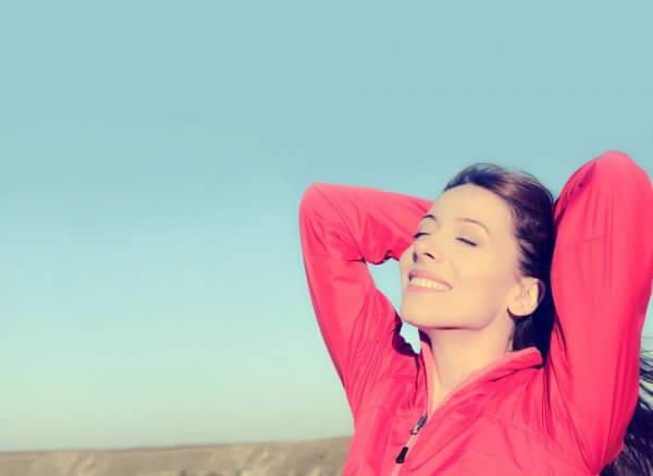 Gelukkige vrouw geniet van frisse lucht